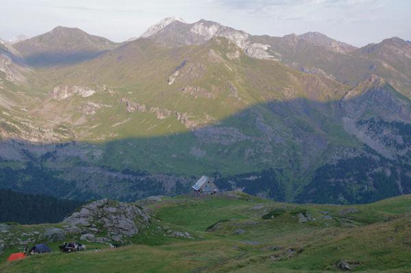 Le refuge des Espuguettes, la crête des Piménés se dessine sur le versant Est de la vallée de gavarnie