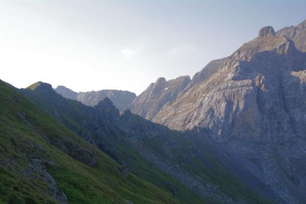 La Hourquette d_Alans surmontée du Pic Rouge de Pailla, derrière la Brèche de Tuquerouye