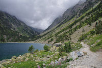 Le chemin longeant le Lac de Gaube