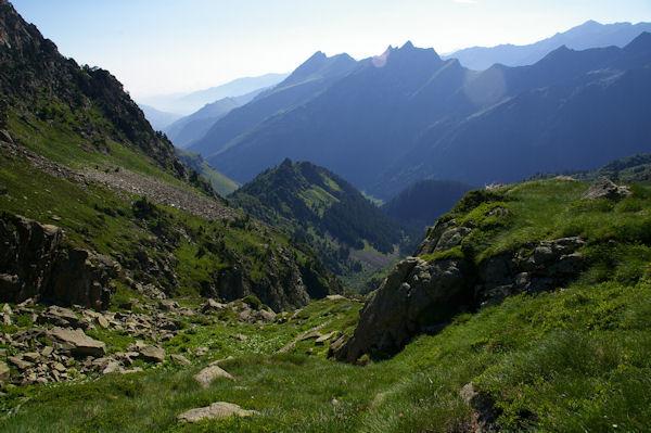 Le vallon du ruisseau de la Lie puis la vallée du Gave d_Arrens surmontée par la crête du Pic du Midi d_Arrens et du Pic de Sarret