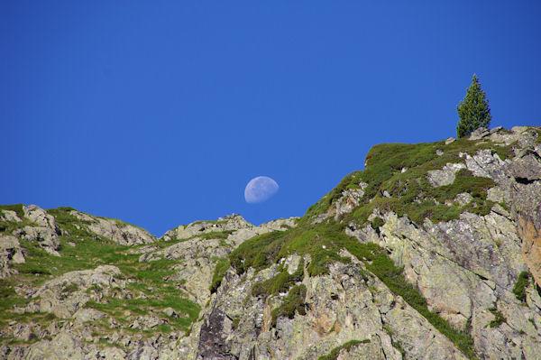 La lune a rendez vous avec le Pic des Mongès