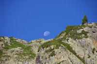 La lune a rendez vous avec le Pic des Monges