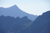 Le Col de Paloumere et le joli galbe du Soum de Grum au fond