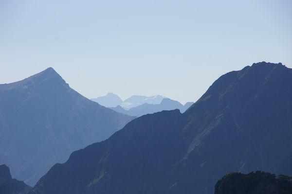 A droite, le Pic de l_Arcoèche, à gauche, le Soum de Grum, au centre et au fond, le Pic du Néouvielle, le Pic des 3 Conseillers et le Turon de Neouvielle