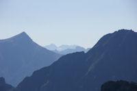 A droite, le Pic de l'Arcoeche, a gauche, le Soum de Grum, au centre et au fond, le Pic du Neouvielle, le Pic des 3 Conseillers et le Turon de Neouvielle