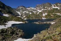 Le Lac de Pouey Laun, a gauche, le Col d'Hospitalet