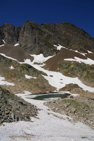 Un petit laquet encore partiellement gelé dominé par le Pic Sarroa