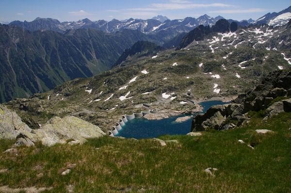 Le Lac de Migouelou apparaît sous le Col d_Hospitalet