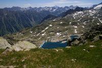 Le Lac de Migouelou apparait sous le Col d'Hospitalet