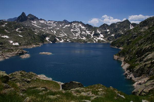 Le Lac de Migouelou surmonté par le Pic Cadier, le Courouaou et le Pic de Batboucou