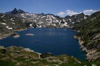 Le Lac de Migouelou surmonte par le Pic Cadier, le Courouaou et le Pic de Batboucou