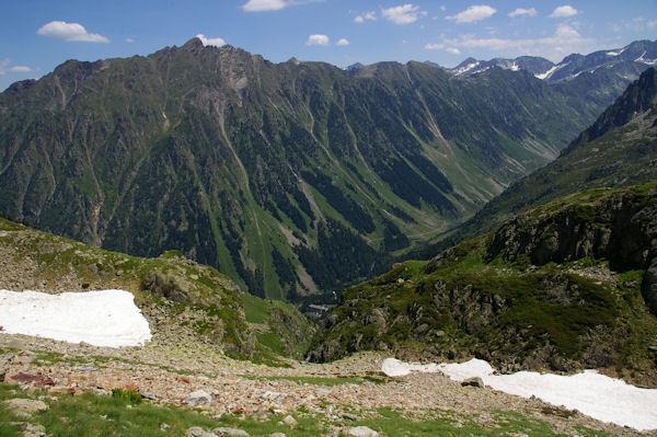 Le vallon de l_Arriougrand, en bas, la centrale électrique du Migouelou dominée par le Soum de Bassia du Hoo