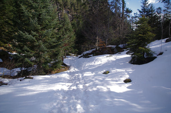 Le sentier enneigé sous le télécabine du Puntas