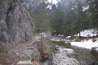 Le sentier entaille dans la roche pres du Pont d'Espagne
