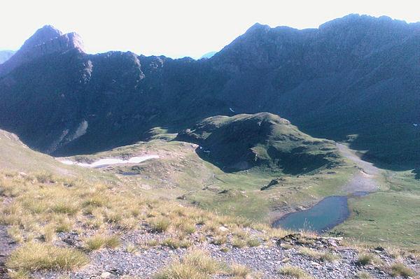 Les Lacs de Louesque depuis le Sanctus, à droite, le Pic de Louesque, à gauche le Pic de la Latte de Bazen