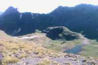 Les Lacs de Louesque depuis le Sanctus, a droite, le Pic de Louesque, a gauche le Pic de la Latte de Bazen