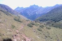 Le vallon du ruisseau du Labas, au fond, la crete entre le Pic du Midi d'Arrens et le Moneste