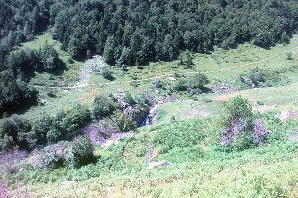 Le ruisseau de Labas descendant en cascade vers le Gave d_Arrens