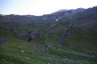 Le vallon de Couyeou Mayou surplombee par la crete entre le Pic de Louesque et le Grand Gabizos
