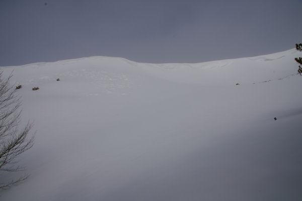 Des congères menançantes sur la crête Sud Ouest du Soum de Berducou