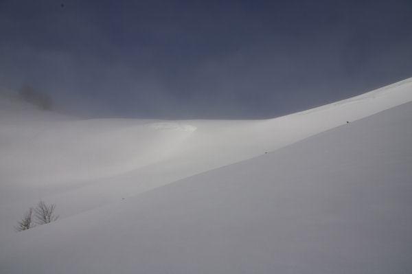 Les congères du Col de Berbeillet dans la brume