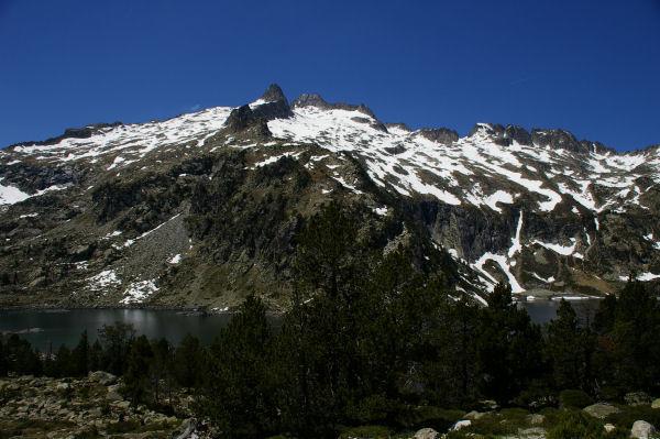 Le lac d'Aubert surplombé par le Ramougn et le pid de Néouvielle