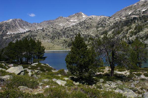 Vue du lac d'Aumar vers le Nord, au centre, le Pic d'Estibère