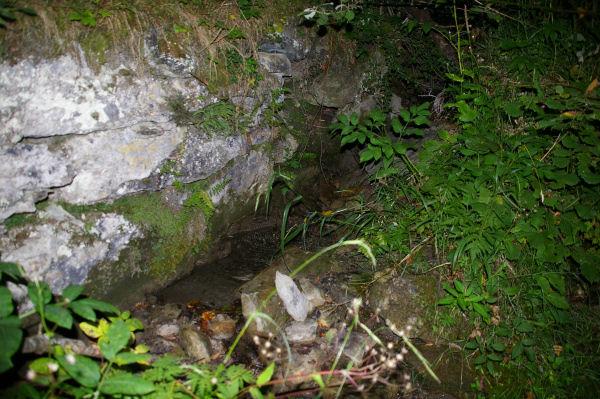 Une petite fontaine au bord du chemin