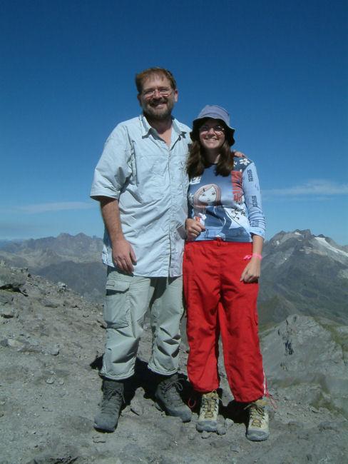 Deux randonneurs heureux, le Vignemale et son glacier à droite