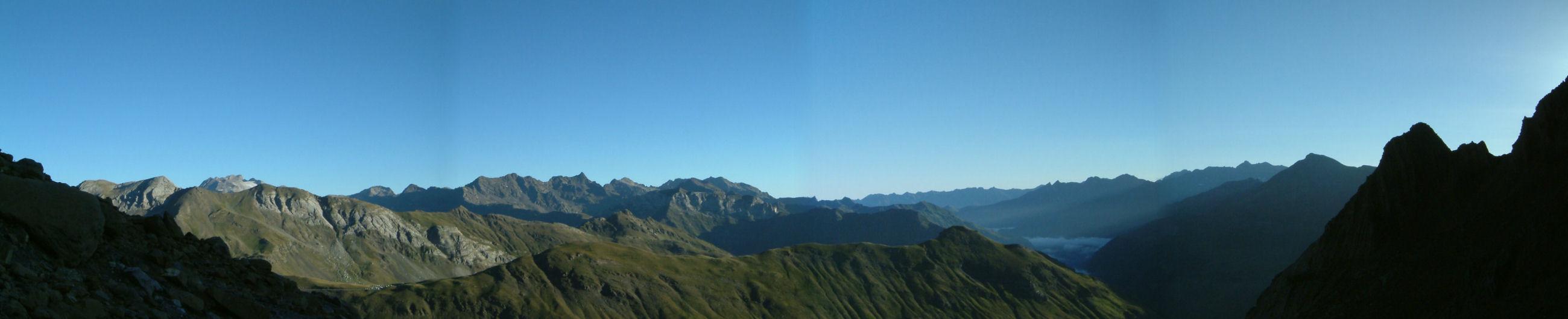 Panoramique vers la vallee de Gavarnie, le Vignemale et son glacier a gauche