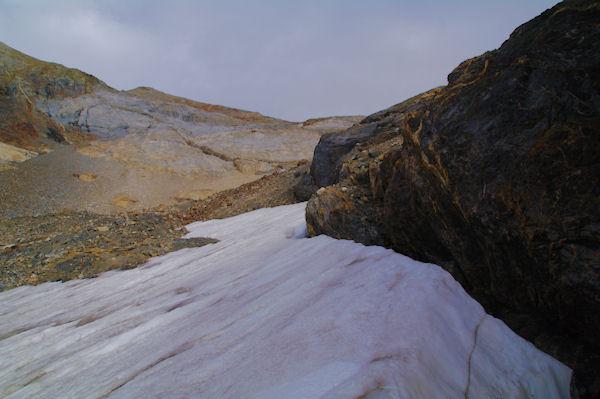 Névés tardifs avant d_accéder au vallon du ruisseau de Tapou