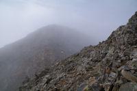 Le Pic du Milieu de Tapou dans les nuages depuis la crete Est du Grand Pic de Tapou