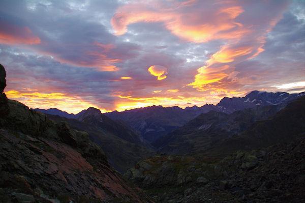 Lever de soleil sur la vallée d_Ossoue, au fond les sommets oreintaux du Cirque de Gavarnie