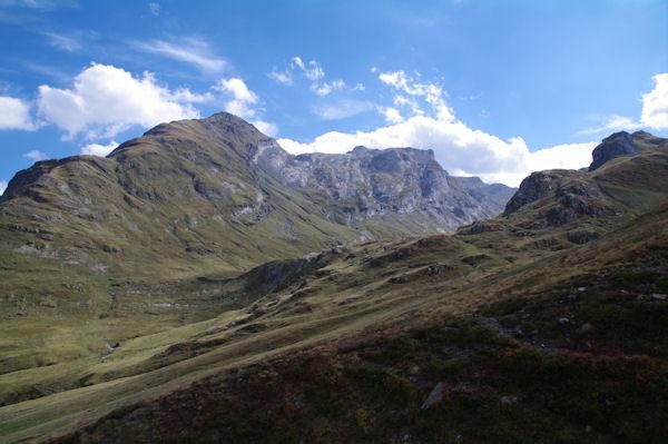 La vallée de la Canau, au dessus, le Pic des Secres et le Pic de Gabiet