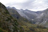 Le haut de la vallee d'Ossoue, le Pic du Milieu, le Grand Pic de Tapou, le Montferrat, le Piton Carre, la Pointe Chaussenque et le Petit Vignemale