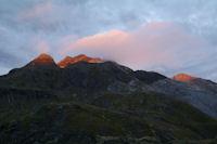 Les Pics de Tapou et le Petit Vignemale dans le soleil