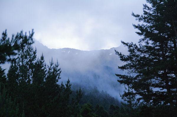 Le brouillard laisse apparaître les crêtes de Guerreys