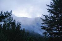 Le brouillard laisse apparaitre les cretes de Guerreys