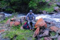 Jacques sur une ile au milieu du ruisseau de Guerreys, femur casse…