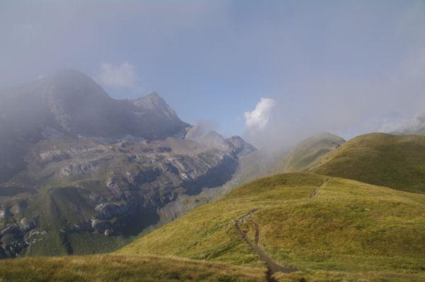 La vallée des Pouey Aspé encadrée par le Taillon et les Pics des Gabiétous d_un coté et la crête entre les Pic de Tentes et de la Pahule de l_autre