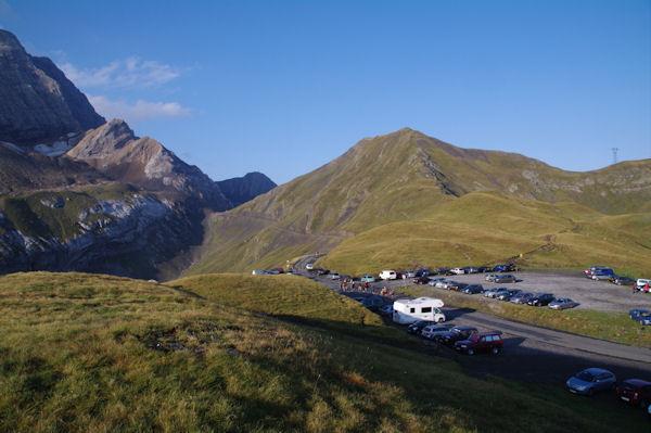 Le parking du Col de Tentes, au bout de la route, le Port de Boucharo surmonté par le Pic entre les Ports