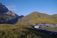 Le parking du Col de Tentes, au bout de la route, le Port de Boucharo surmonte par le Pic entre les Ports