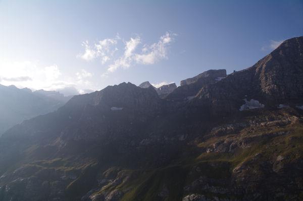 Au fond, le Casque, la Brèche de Roland, la Pointe Bazillac et le Doigt, en avant, le Col et le Pic des Sarradets