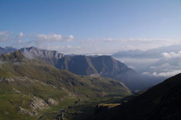 La Vallée des Espécières, plus loin, la vallée du Gave d_Ossoue, dans les brumes, la vallée du Gave de Gavarnie
