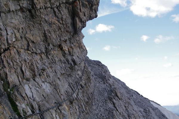 La montée sous la muraille du Casque du Marboré, vers le Col des Isards