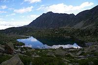 Le Lac de Mounicot, au centre, le Pic d&#39Astazou suivit de la Crete de la Mourele