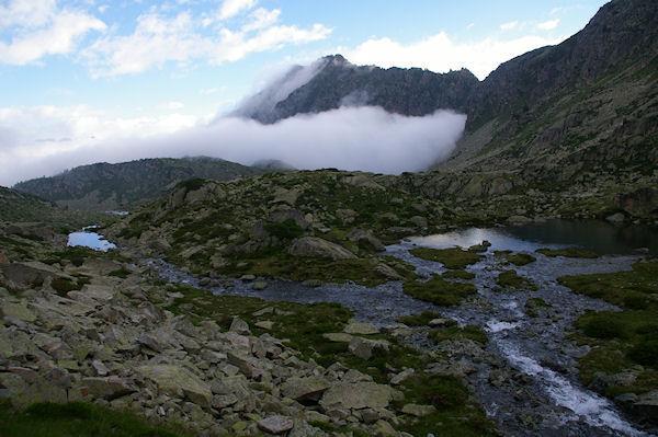 Le Lac de Mounicot et un peu plus loin, le Lac d&#39Astazou, et la brume qui monte…