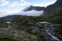Le Lac de Mounicot et un peu plus loin, le Lac d'Astazou, et la brume qui monte…