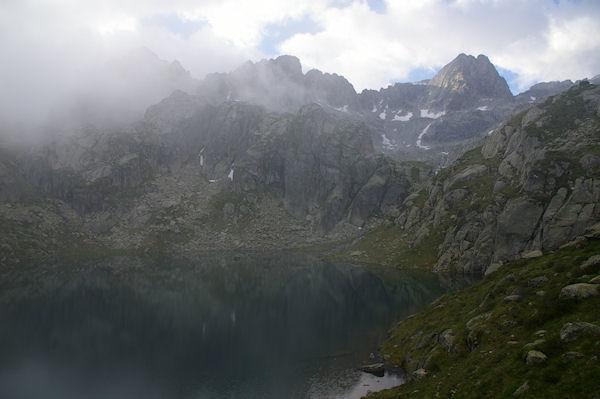 Le Lac de la Mourèle, au centre, le Pic de Néouvielle