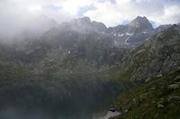 Le Lac de la Mourele, au centre, le Pic de Neouvielle